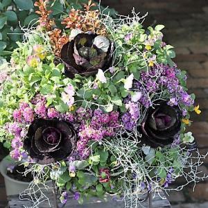ビオラ、葉牡丹のプランツギャザリング・ウォールバスケットとナチュラルな小花の寄せ植え