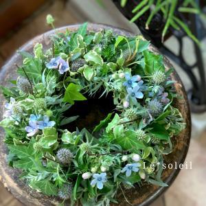 グリーンとブルーの生花リース