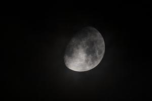 チョットだけの月