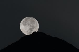 甲斐駒ケ岳に沈む中秋の名月