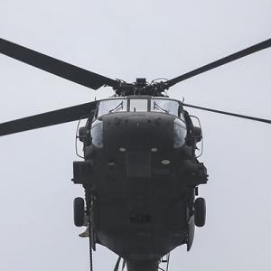 【毎日新聞】在日米軍ヘリ、新宿の高層ビル群を超低空飛行