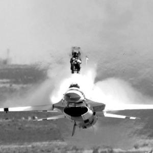 車にも戦闘機みたいに座席ごと射出される脱出装置着けたらどう?