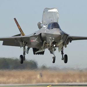 【軍事】防衛省、戦闘機「F35B」の正式導入を決定 42機、1機140億円