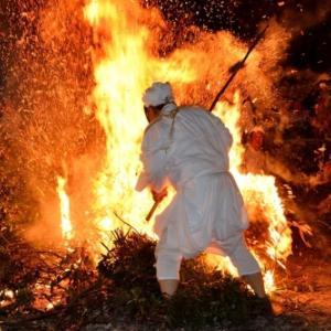 毎年10月14日、伝統の火祭り「ケベス祭り」