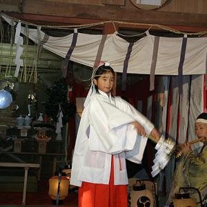 毎年11月第3日曜日、大生神社巫女舞神事