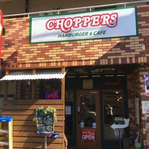 【小手指南口】爽やかな季節はウッドデッキで『チョッパーズ』のハンバーガーを