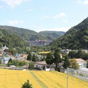 住宅地と農地の向こうに見る浅瀬石川ダム