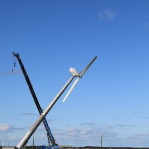 落石岬に風車が立つ瞬間