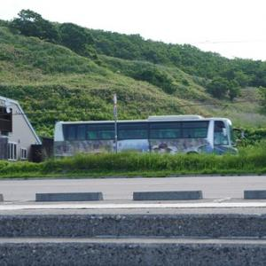 小平の海水浴場で沿岸バスのラッピング車両とすれ違う(ぶれてるけど