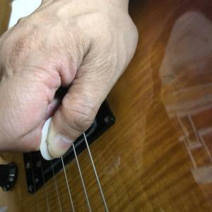 ギターからベースになってピッキングが変わった!