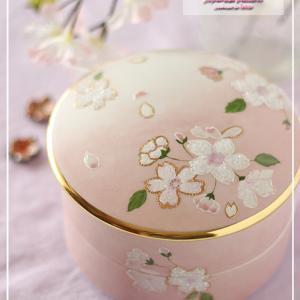 キラキラぷっくり桜柄の二段お重♪背景はマット&シャイニーピンクで♪<◆生徒様作品集◆>