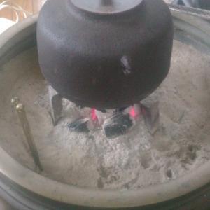 火鉢に火を入れました。