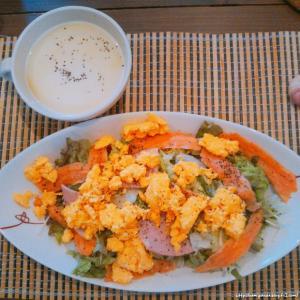 サラダとスープでプロテイン強化ランチ