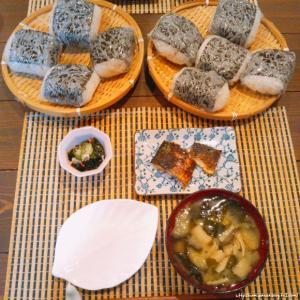 梅干し炊き込みおにぎり塩鯖定食(台風の日はおにぎり!)