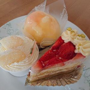 丸ごと桃タルト、ふわふわカップのショートケーキ(桃)、ミルフィーユショート/菓子の家