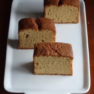 黄粉と黒糖のケーキ