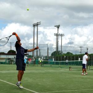 突然の強雨に見舞われたシニアテニス