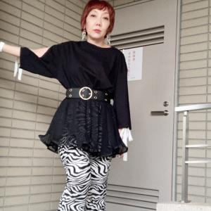 【60歳のファッショニスタ】ゼブラ+プリーツのモノトーンコーデ