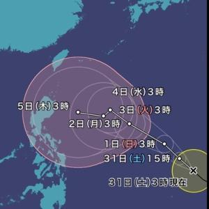 季節外れの台風が発生しています