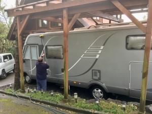 台風がさった後、キャンピングカーの洗車