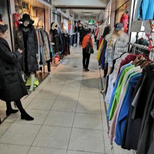 上海の市場で値切りながら買い物
