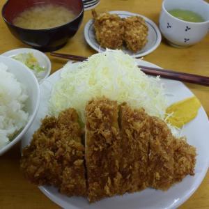 """""""いちかつ""""、とんかつ屋、ロースかつ定食は700円、安い美味しい、両国駅、高架下、""""山家""""、暖簾"""