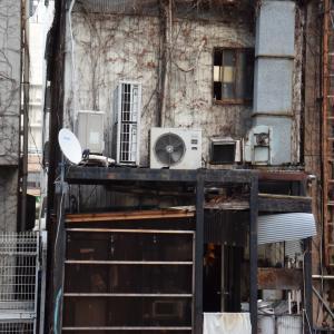 渋谷川、ビルの谷間、裏から見える店舗は?、表と裏、2面性はどこにもある