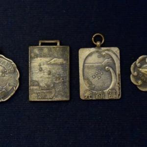 完泳賞のメダル、猿島-三笠間遠泳大会は3キロ余、逗子-片瀬間遠泳大会は15キロ、完泳賞