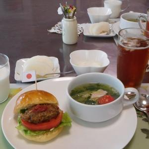 ハンバーガーと豆苗のスープ
