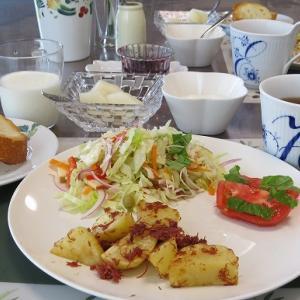 コンビーフポテトと山盛りサラダ