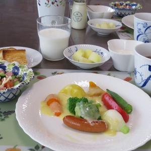 ゆで野菜のラクレットとポールウインナのトマトサラダ