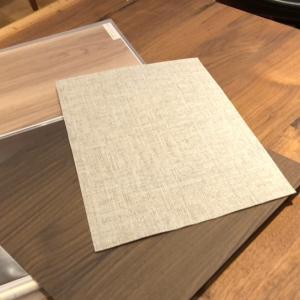 木の魅力を感じられる無垢材の耳つき一枚板のテーブル