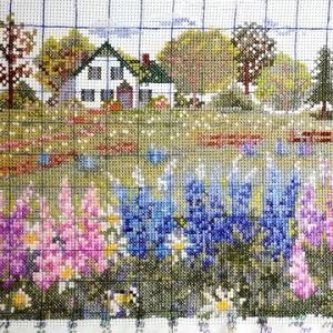 もうすぐ完成。オリムパス刺繍キット「ルピナスの花咲くアンの家」
