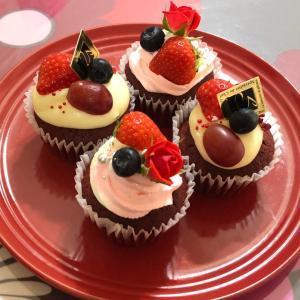 レッドベルベットケーキとレインボーロールケーキ