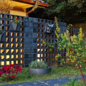 瓦の庭をライトアップ