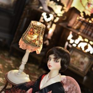 ウィリアム・モリス柄の背景と人形の風景