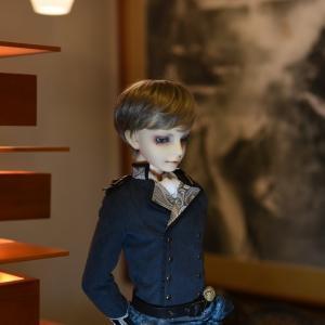 照明タリアセン(フランク・ロイド・ライト)と人形/教室Aにカインの軍服