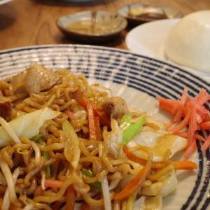 おたふくソースの焼きそば&中華マンで昼ごはん