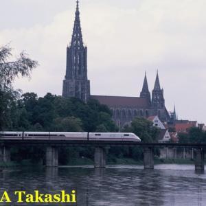 ドイツ南部ウルムのドナウ河を渡る列車