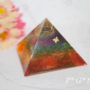 【若番特価】チャクラカラーの大きなピラミッド型オルゴナイト♪