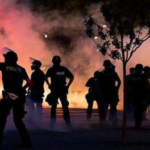 【悲報】黒人デモ集団、黒人コミュニティに献身してきた黒人警官を襲撃し殺害
