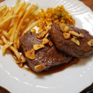 赤身のリブロースのステーキ