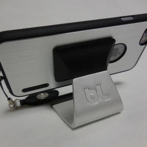 シンプル・スタイリッシュデザインのブラック×アルミ製スマホスタンド&iPhone6ケース