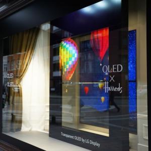 LG、透過有機LEディスプレイを英デパートにて展示 未来感がすごい