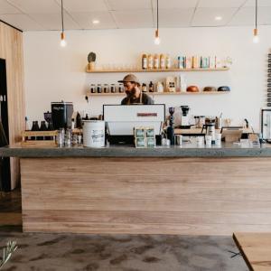 床屋とカフェが同空間に存在する「Made」