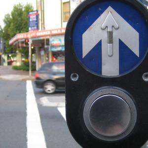 オーストラリアの歩行者信号はボタン式!