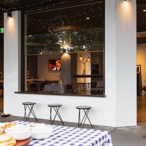 珍しいセルビア料理が味わえる「Sandrino Kitchen & Bar」