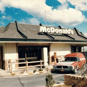 マクドナルドが50周年を記念して、本日限定ビックマックを50セントで販売!