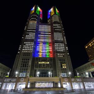 オリンピックカラーの都庁