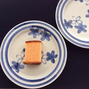 染付桜六寸皿に桜のカステラ